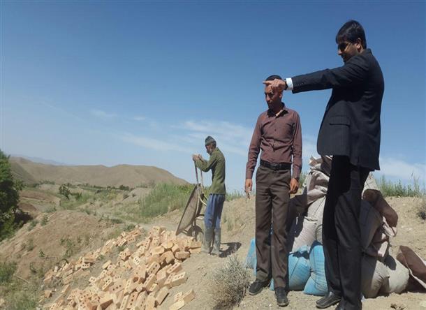 بازديد بخشدار از پروژه احداث استخر فاضلاب  روستاي بيدسكان